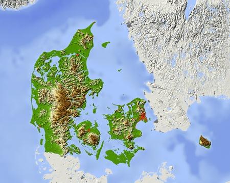 Dänemark. Geographische Karte. Umliegende Gebiet ausgegraut. Farbig nach Erhebung. Mit Clip-Pfad für den Staat Bereich. Projektion: Mercator Extents: 6.9/15.9/54.2/58.2