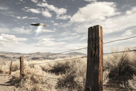raumschiff: UFO Raumschiff in der W�ste von Kalifornien mit einem alten Zaun, Berge und Wolken