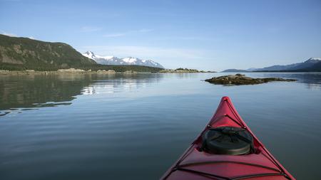ocean kayak: Vista desde un kayak en la entrada Chilkat en el sureste de Alaska en un d�a tranquilo.