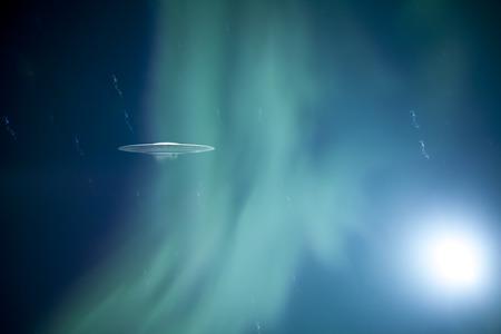 disco volante: Flying Saucer con un incandescente aurora boreale verdi e uno strano bagliore. Archivio Fotografico