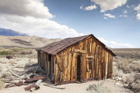 mineros: Abandonado vieja caba�a de minero en Benton Termas en el alto desierto de California. Foto de archivo