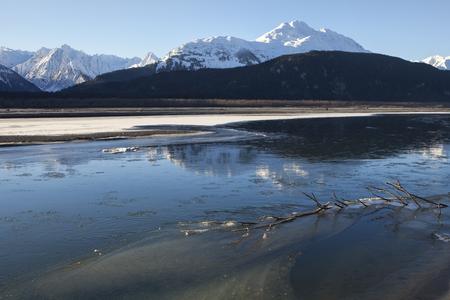 Configuración De Sol Detrás De Las Montañas En Una Playa Del Río