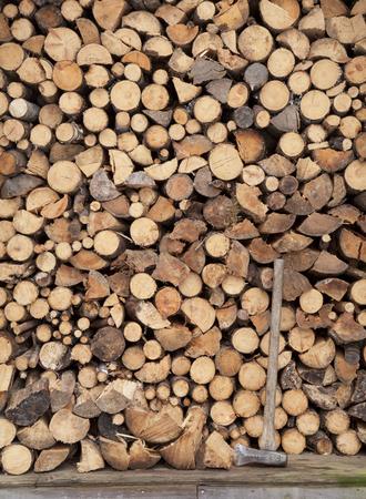 cicuta: Altura de pila de leña dividir en un cobertizo de madera rústica en Alaska con una división mutilar. Foto de archivo
