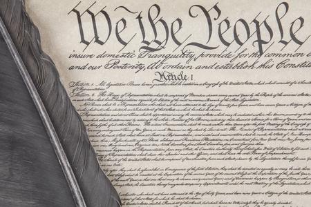 독수리 깃털 펜을 사용하여 미국 헌법 전문 서의 작물을 닫습니다.