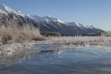 Ice overflow along the Chilkat River in Southeast Alaska on a sunny winter day. 版權商用圖片