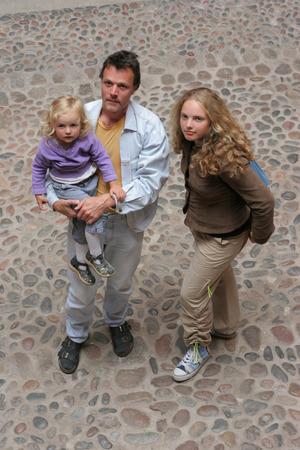 handsom: la familia de �rbol - pareja de j�venes que buscan la ...  Foto de archivo