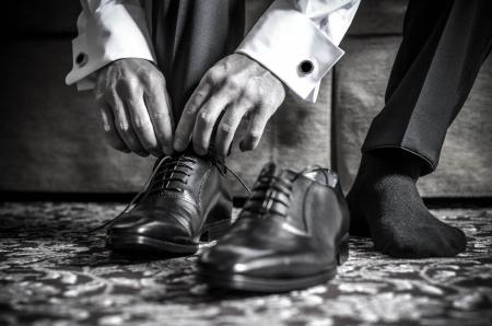 fondo blanco y negro: Zapatos de hombre blanco negro Foto de archivo
