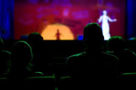 spectators: Los espectadores en una sala de conciertos  Foto de archivo