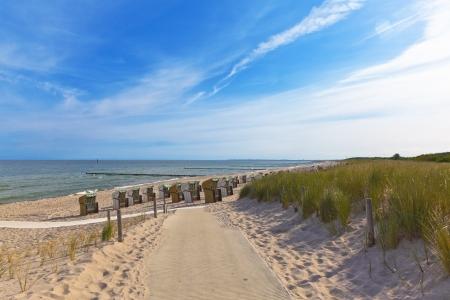 Strandkoerbe Zugang zum Meer und das Spa Graal Müritz Standard-Bild - 17259613
