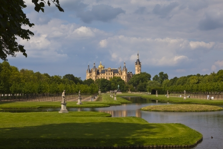 Schwerin-kastély látható a kastély parkjában - tekintettel a vár látható a parkban