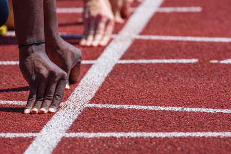 hand of runners on starting line in stadium Stockfoto