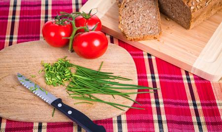 cebollin: desayuno con el cebollino, el tomate y el pan Foto de archivo