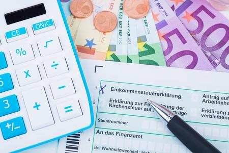 Calculatrice avec formulaires d'impôt Banque d'images - 74634256