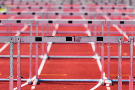 Detail der Hürden auf einer Laufbahn