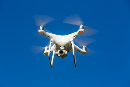 a megfigyelő drón repül a levegőben