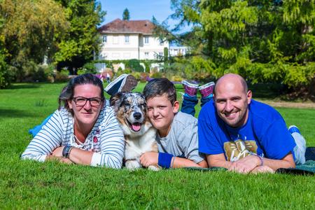 Familie mit Hund vergn�gt sich im Park von Hohenheim Stock fotó
