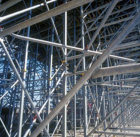 건설 현장에 철강 및 알루미늄 건설 프레임. 선명 효과가 적용되지 않았습니다.