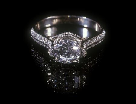 diamante negro: Anillo de diamantes de oro blanco aislada sobre fondo negro. Foto de archivo
