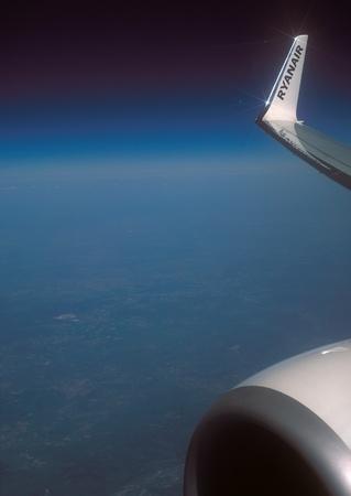 프랑스 -2011 년 4 월 23 일 : 크라코프 (폴란드)와 파리 부 바이스 사이 Ryanair 비행 동안 보잉 737-800의 오른쪽 날개의 날개. 비행 중에 항공기 창을 통해 찍 에디토리얼