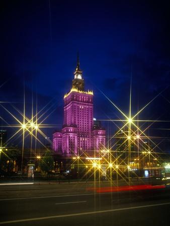 바르샤바, 폴란드 -2011 년 4 월 28 일 : 궁전 문화와 과학 - 바르샤바, 폴란드의 도시 센터에서 유명한 랜드 마크. 소련에 의해 1955 년에 건축 된 그것은 폴