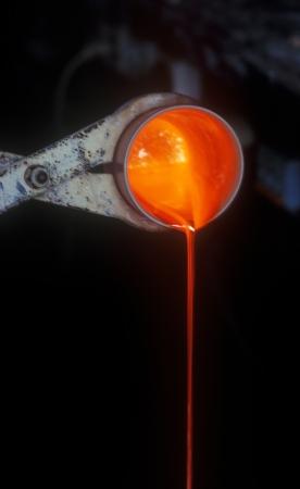 crisol: Fundici�n de oro en un crisol para la fabricaci�n de los granos de oro.