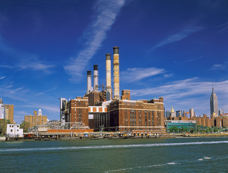 View of Manhattan with Con Edison Plan and Empire State Building from East River. Standard-Bild