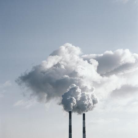 contaminacion ambiental: La contaminación del aire por el humo saliendo de dos chimeneas de la fábrica. Película escaneada fuente.