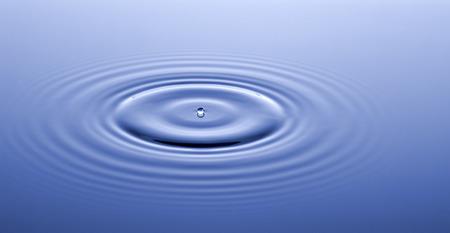 agua splash: La superficie del agua despu�s de la colisi�n con la gota.