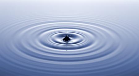 물방울과의 충돌 후 물 표면.