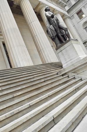 george washington: estatua de George Washington en frente del Memorial Nacional Federal Hall.