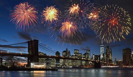 맨하탄, 뉴욕시 통해 불꽃 놀이입니다. 스톡 콘텐츠