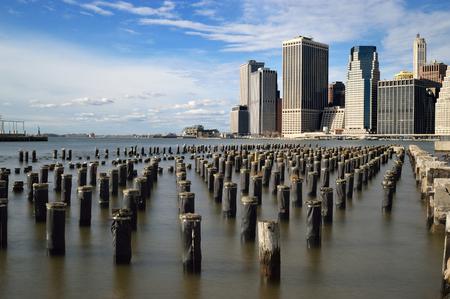 torres de alta tension: torres de alta tensión y el viejo muelle centro de Manhattan, Nueva York.