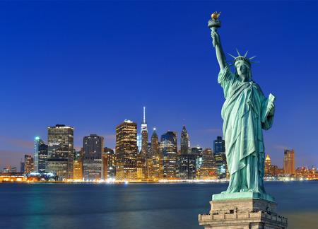 밤 및 자유의여 신상에서 맨해튼 스카이 라인.