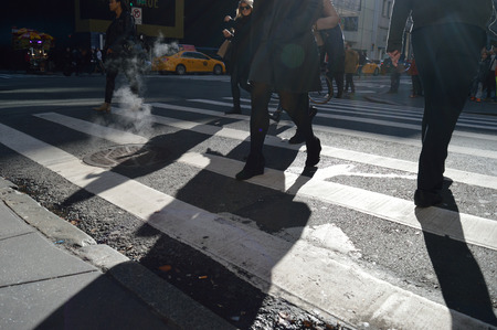 paso peatonal: La gente que camina para el paso de peatones en Manhattan.