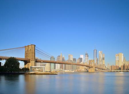 브루클린 다리 - 긴 노출 이미지와 함께 맨하탄 스카이 라인.