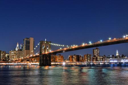 vue d'un pont de Brooklyn la nuit prise à partir de Brooklyn Bridge Park.