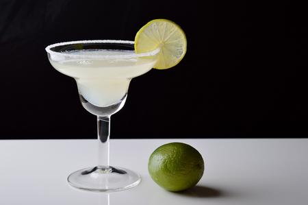 Cocktail e calce della margarita su fondo in bianco e nero. Archivio Fotografico - 93284248