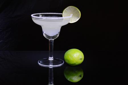 Cocktail e calce della margarita su fondo nero.