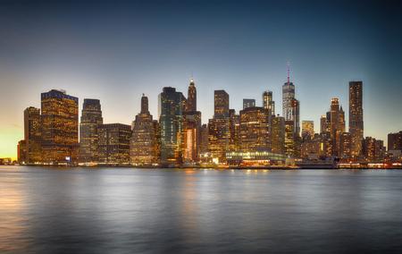 Una vista de noche del horizonte del Bajo Manhattan.