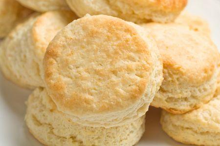galletas: Luz dorada sabrosa galletas de mantequilla casera dispuestas en plato rectangular.