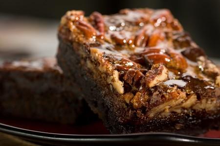 dulce de leche: Brownies de chocolate con caramelo, nueces y trozos de chocolate Foto de archivo
