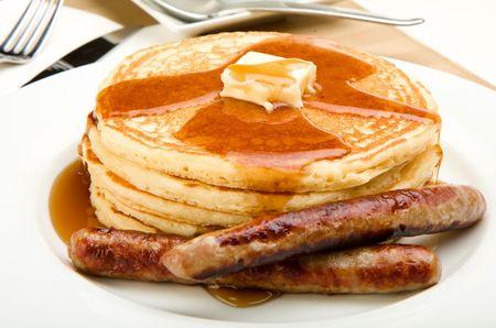 worsten: Ontbijt van koffie, pannenkoeken en worst Stockfoto