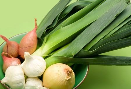 Cipolla, aglio, scalogno, porro e in Bowl il verde Archivio Fotografico - 4528042