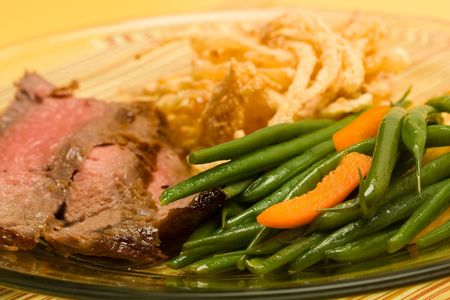 green beans: filete servido en rodajas flanco franc�s con jud�as verdes y cebolla frita crujiente
