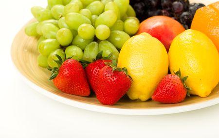 붉은 포도, 녹색 포도, 망고, 레몬, 오렌지와 딸기 화이트와 과일 플래터 스톡 콘텐츠