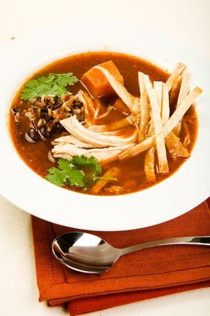 sopa de pollo: Sopa de pollo especiado con chipotle repleto de arroz silvestre, batata y tortilla