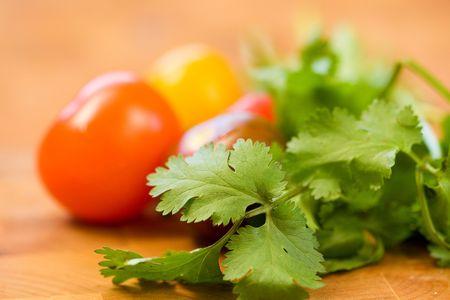 チェリー トマトを伴ってコエンドロの葉の小さな束
