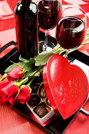 バレンタインのバラ、お菓子や黒のトレイ上のワイン