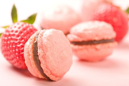 Strawberry Macaroons with fresh strawberries Imagens
