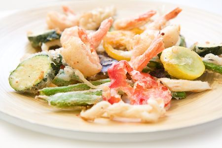 Shrimp and a variety of tempura fried vegetables including potato, string bean, asparagus, and peppers Imagens